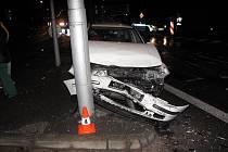 Dvě osobní auta smetl v neděli odpoledne polský kamion v Nádražní ulici v krajském městě.