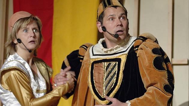 Muzikál Noc na Karlštejně sehrají poberounští ochotníci s řadou hvězdných hostů 8. a 9. července na třeboňském zámku.