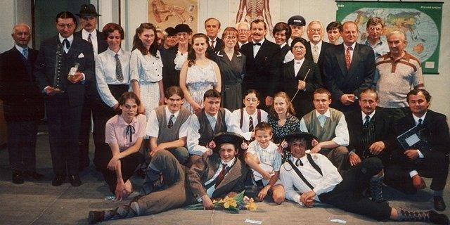 škola, základ života. První představení, které soubor odehrál po obnovení činnosti v roce 1997.