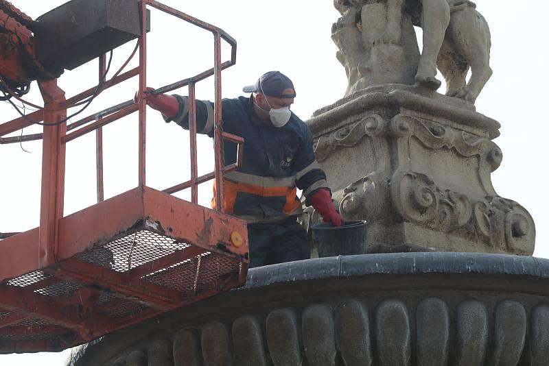 Příprava Samsonovy kašny na budějovickém náměstí na letní sezonu je v plném proudu.