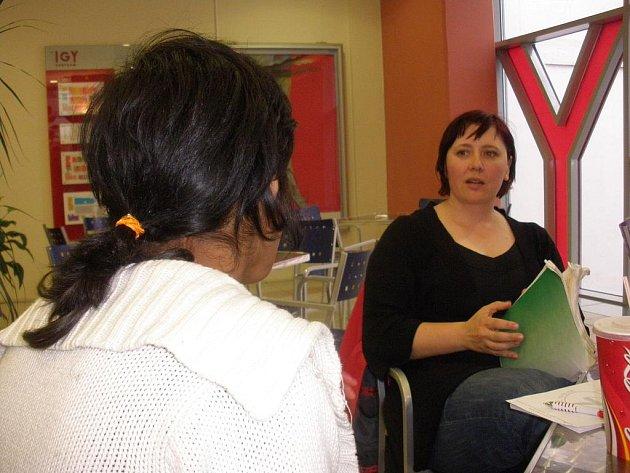 Dobrovolníci pomáhají dětem zvládat učivo.