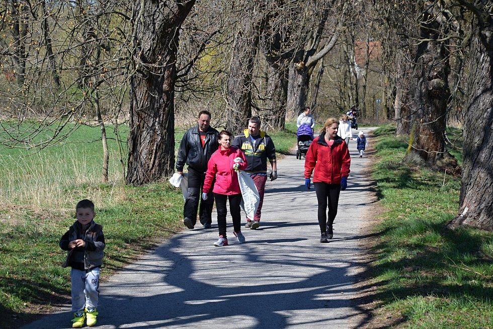 Také v osadě u Horní Stropnice se lidé v sobotu připojili k tradiční akci Ukliďme svět, ukliďme Česko.