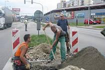 Frekventovaná křižovatka se musí obejít bez semaforů. Zatímco dělníci pracují na opravě zničených semaforů, dopravu usměrňují policisté