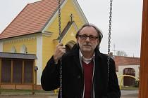 Pavel Kašpárek si titul starosty roku zaslouží. Vždyť ho nominovala polovina občanů Úsilného. Na fotografii ochotně zapózoval na novém dětském hřišti.