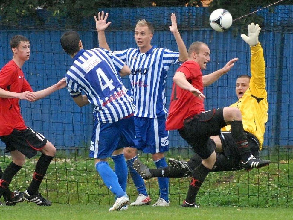 jedním ze šlágru fotbalového víkendu bude sobotní divize Strakonice - Štěchovice (na snímku z derby v Táboře před táborskou brankou v dresu Strakonic útočník Němec).