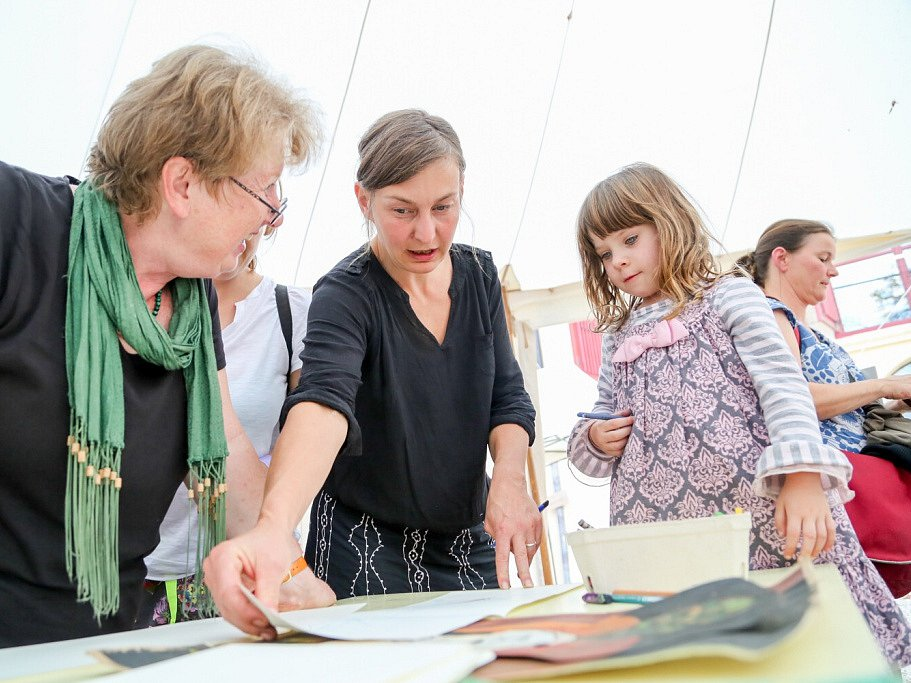 Táborský knižní festival Tabook rozžil o víkendu kotnovskou sýpku i další prostory ve městě. Na snímku dílna pro děti, kterou vedla Tereza Říčanová.