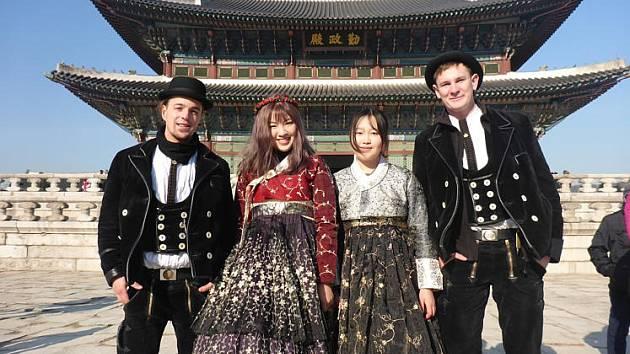 Před chrámem v Soulu.
