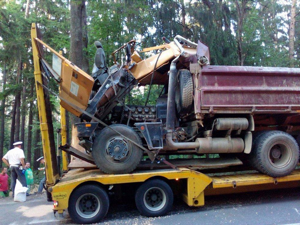 Nehoda nákladního vozidla u Třeboně. Krátce před 20. hodinou byl poškozený nákladní vůz připraven k transportu.