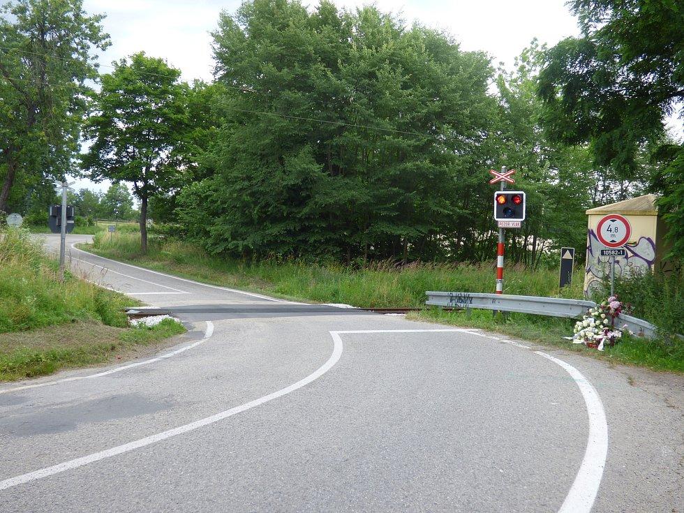 V neděli 5. července došlo u železničního přejezdu u Hluboké nad Vltavou k tragické dopravní nehodě. Tragédii připomínají květiny a svíčky.