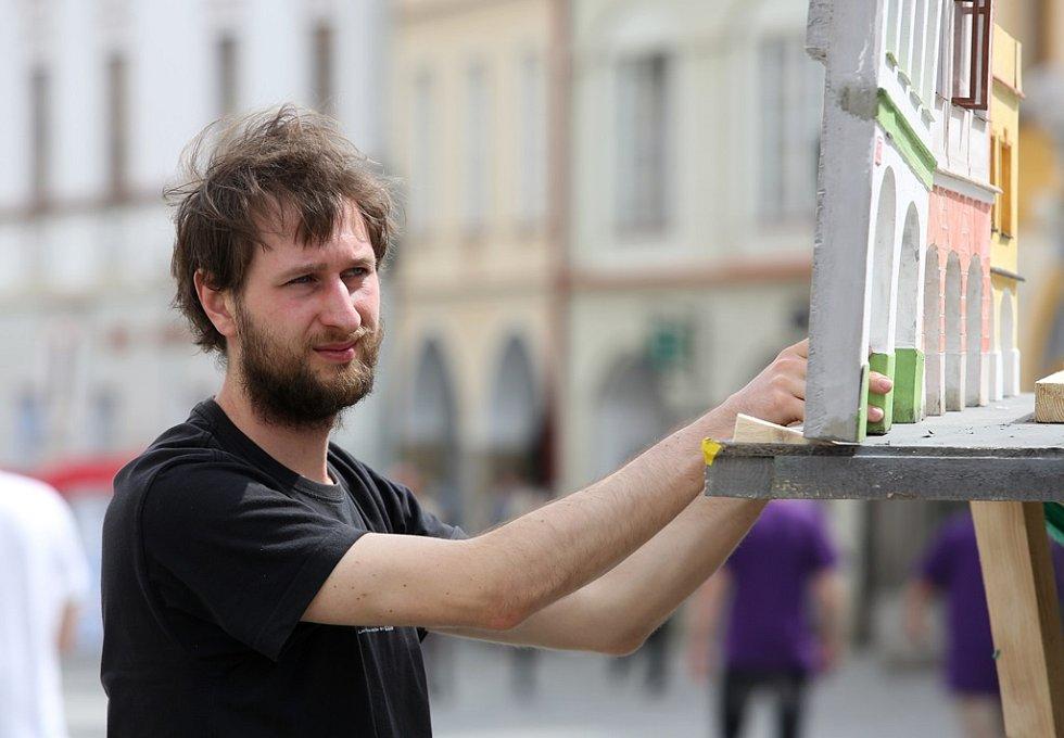 Členové skupiny Kreus animují na třeboňském náměstí.