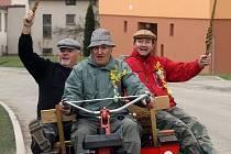 Zvláštní tradici dodržují v Boršově nad Vltavou Jan Lošek, Jiří Jabůrek a Miloslav Maxa (na snímku zleva). Co s pomlázkami vykoledují, odvezou na traktůrku malým obyvatelům zdejšího dětského domova.
