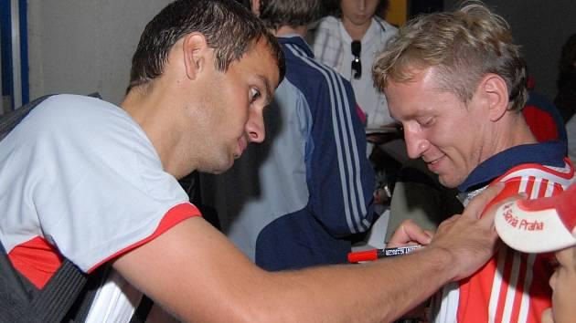 O podpis slávisty Ericha Brabce byl i po lize v Č. Budějovicích velký zájem.