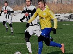 Filip Řezáč v zápase Dynamo jun. - Písek (0:1) uniká domácímu Collinovi.