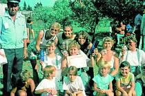 Malé naděje. Družstvo žen a družstvo dětí v 90. letech s vedoucím panem Ladislavem Ikavcem.