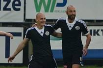 Aleš Dvořák se raduje ze svého gólu v zápase se Spartou, s gratulací přispěchal Roman Lengyel.