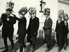 Masopust v Komařicích v roce 1956. Rychtář s hejtmanem se dohadují, kam dál povedou komařické koledníky.