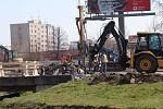 Oprava mostu přes Dobrovodskou stoku v Nádražní ulici.