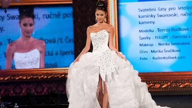 724982cd3bb Na oceněné svatební šaty bylo třeba skoro padesát metrů látky ...