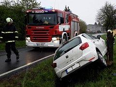 U obce Olešník havaroval ve čtvrtek ráno osobní automobil značky Seat Ibiza. Auto vyjelo ze silnice, sjelo do příkopu a narazilo do stromu.