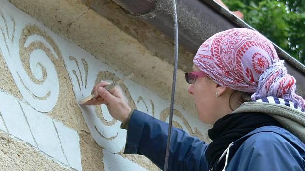 Celkovou rekonstrukcí prochází nyní kostel sv. Bartoloměje v Mladošovicích. Před několika dny zde objevili restaurátoři unikátní sgrafitové omítky z období renesance. Na snímku je restaurátorka Pavla Perutková.