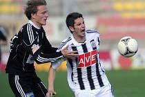 Petr Javorek, jenž na snímku bojuje s příbramským Tomášem Krbečkem, v Příbrami přišel ve vzdušném souboji o dva zuby, zápas ale obětavě dohrál.