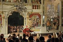 Rakovy skladby hrají světoví umělci. V roce 2000 byl Štěpán Rak jmenován historicky prvním vysokoškolským profesorem kytary České republiky. Titul mu udělil prezident Václav Havel. Na snímku Štěpán Rak při koncertě v Maškarním sále českokrumlovského zámku