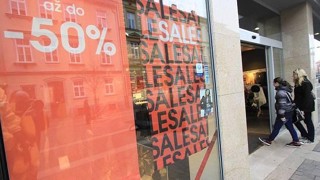 Až sedmdesátiprocentní slevy nabízí nyní mnoho obchodů v Českých Budějovicích.