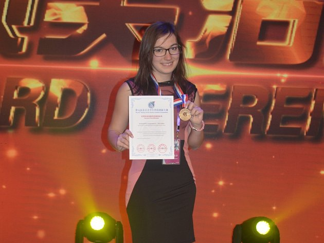 Stříbrné pásmo si z Pekingu přivezla studentka českobudějovického Gymnázia Česká Karolina Bodláková (na fotce po slavnostním ceremoniálu).Vyzpovídali jsme ji v českobudějovické Kavárně LANNA.