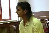 František Pastyřík z Jindřichova Hradce bodl v hádce partnerku nožem do hrudníku. Teď se u soudu zpovídá z pokusu o vraždu. Při prokázání viny mu hrozí 10 až 18 let vězení.