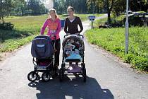 Samostatnou stezku podél silnice z Úsilného do Borku nyní mohou využívat chodci. Jako na snímku Marta Mautschková (vlevo, v kárce skryt syn Filip) a Lucie Ratschmanová, vezoucí dceru Sofii.