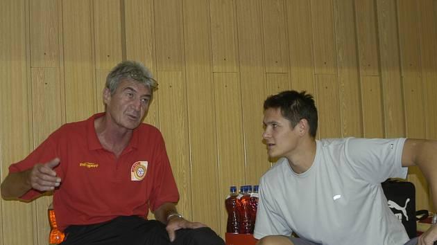 Trenér Jaroslav Tomáš (vlevo v rozhovoru se Smrčkou) by rád přibral do svého kádru ještě dalšího smečaře.