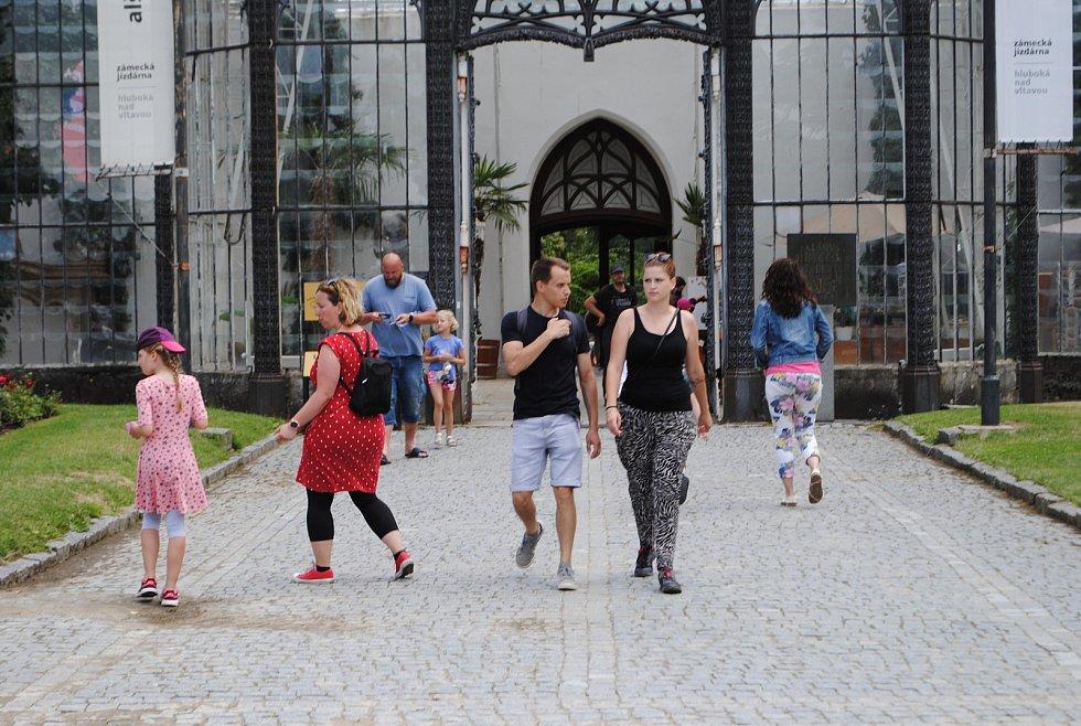 Zámek Hluboká obklopují okrasné zahrady a anglický park, v bývalé zámecké jízdárně je Alšova Jihočeská galerie.