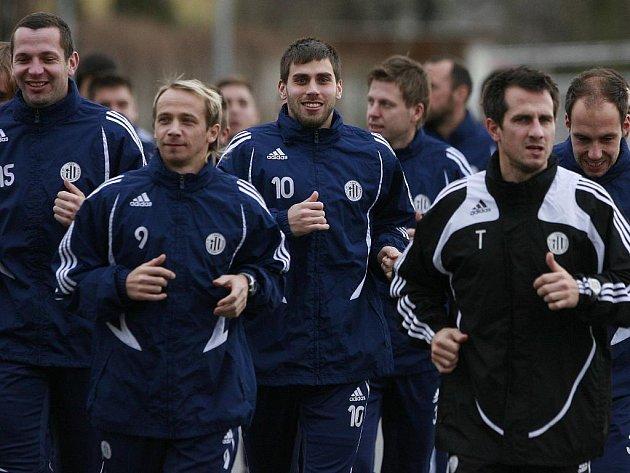 Fotbalisté Dynama pod taktovkou asistenta trenéra Martina Vozábala v pondělí na prvním letošním výběhu.