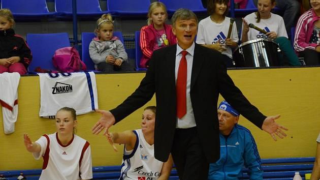 POKYNY. Ivan Beneš, trenér Strakonic, udílí taktické úkoly svým hráčkám během utkání.