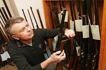 Policista Jiří Lang při poslední amnestii v roce 2009. Jihočeši tehdy přinesli policii 615 zbraní včetně minometu a kanónu.