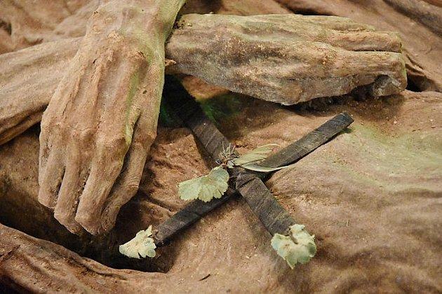 Mumie s křížem na prsou.