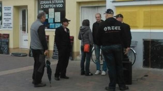 Účast lidí na pátečním protestním shromáždění, které začínalo na českobudějovické Lannově třídě, byla velmi nízká.
