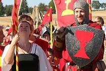 Více než 300 bojovníků se v sobotu u Borovan zúčastnilo bitvy o Slamburk - hrad postavený z balíků slámy.
