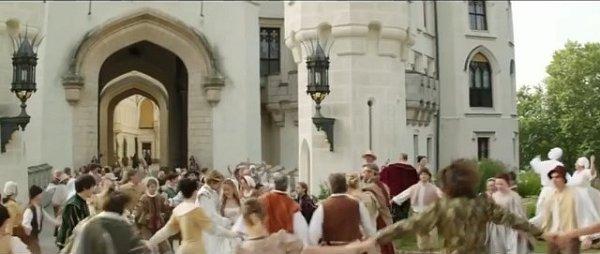 Svatba Jana a Růženky se natáčela před hlavním vchodem do zámku. Celé království se raduje.