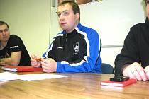 Na snímku diskutuje předseda pořádajícího FK Slovan J. Hradec Martin Knobloch.
