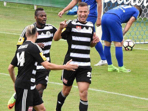 JIndřich Kadula se ve Vlašimi raduje ze svého gólu: Vlašim - Dynamo 0:2.