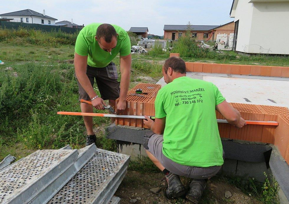 Bratři Ondřej a Jiří Novákovi z Tábora už rok a půl dělají hodinového manžela. Práce je baví, protože je rozmanitá. Postarají se o elektriku, stěhování, sekání trávníku i štípání dřeva.