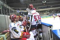 Střídačka HC Mountfield na turnaji v německých Drážďanech. V popředí jsou zleva Lukáš Květoň, Tomáš Mertl, Milan Gulaš a Tomáš Vak.