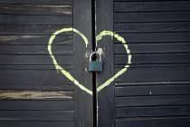 Fejetonista Deníku Jan Flaška vystavuje své snímky se symbolem srdce v českobudějovické Café Galerii, jež sídlí v Jírovcově ulici. Srdce 35letý pedagog nafotil na nejrůznějších místech: na lavičce, hřbitově, kadibudce i autobusu. Výstava potrvá do 1. dubn