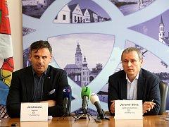 Stavbu čtyř domů musel vysvětlovat na tiskové konferenci i hejtman Jiří Zimola. Na snímku zleva  Jiří Zimola a Jaromír Slíva.