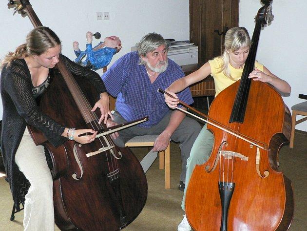 Katka Dudová (vlevo) a Lenka Hajnová nacvičují skladbu pro dva kontrabasy pod vedením profesora pražské konzervatoře Miloslava Gajdoše. Archivní snímek.