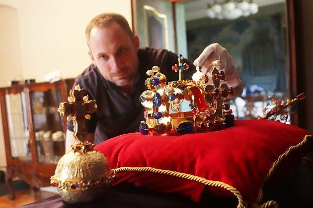 Kopie českých korunovačních klenotů budou vystaveny vKolodějích nad Vltavou na zámku Mitrowicz.