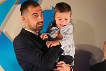 David Ledecký na vyhlášení desítky jihočeských sportovců roku si pro cenu došel i se svým malým synkem.