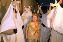 Průvod lucek, převážně žen v bílých hábitech s maskami kozy, obcházel v pondělí večer Doudleby na Českobudějovicku