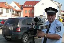 Radarem kontroluje řidiče na Českobudějovicku například Městská policie v Trhových Svinech. Na snímku jsme zachytili velitele strážníků Jana Junka.